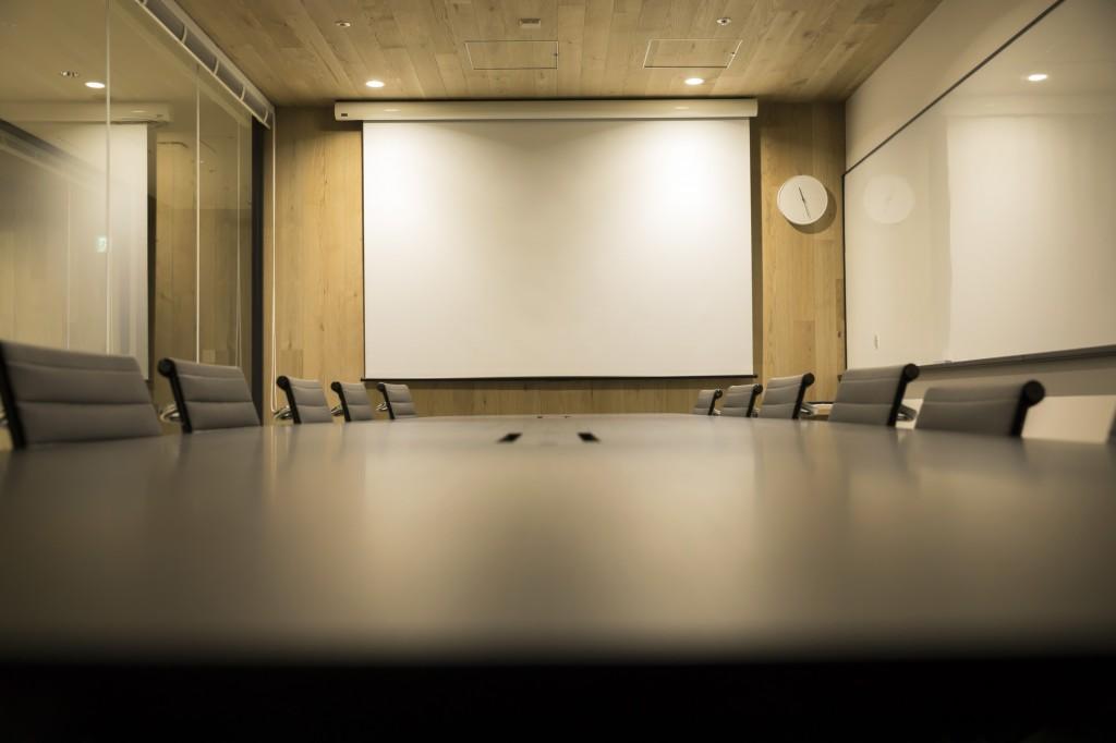 スクリーンがある場合は会議室レイアウトに工夫をして