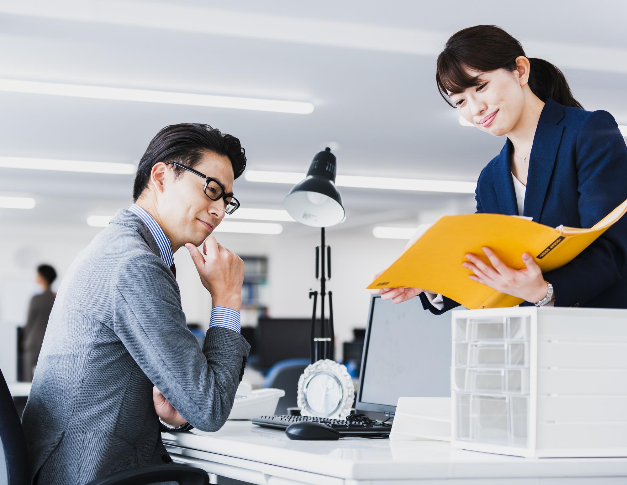上司に報告する女性