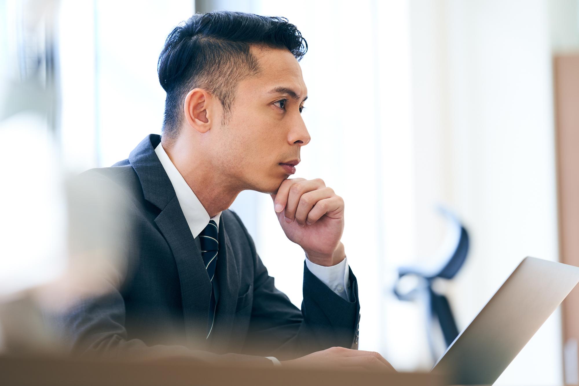集中して仕事をする男性