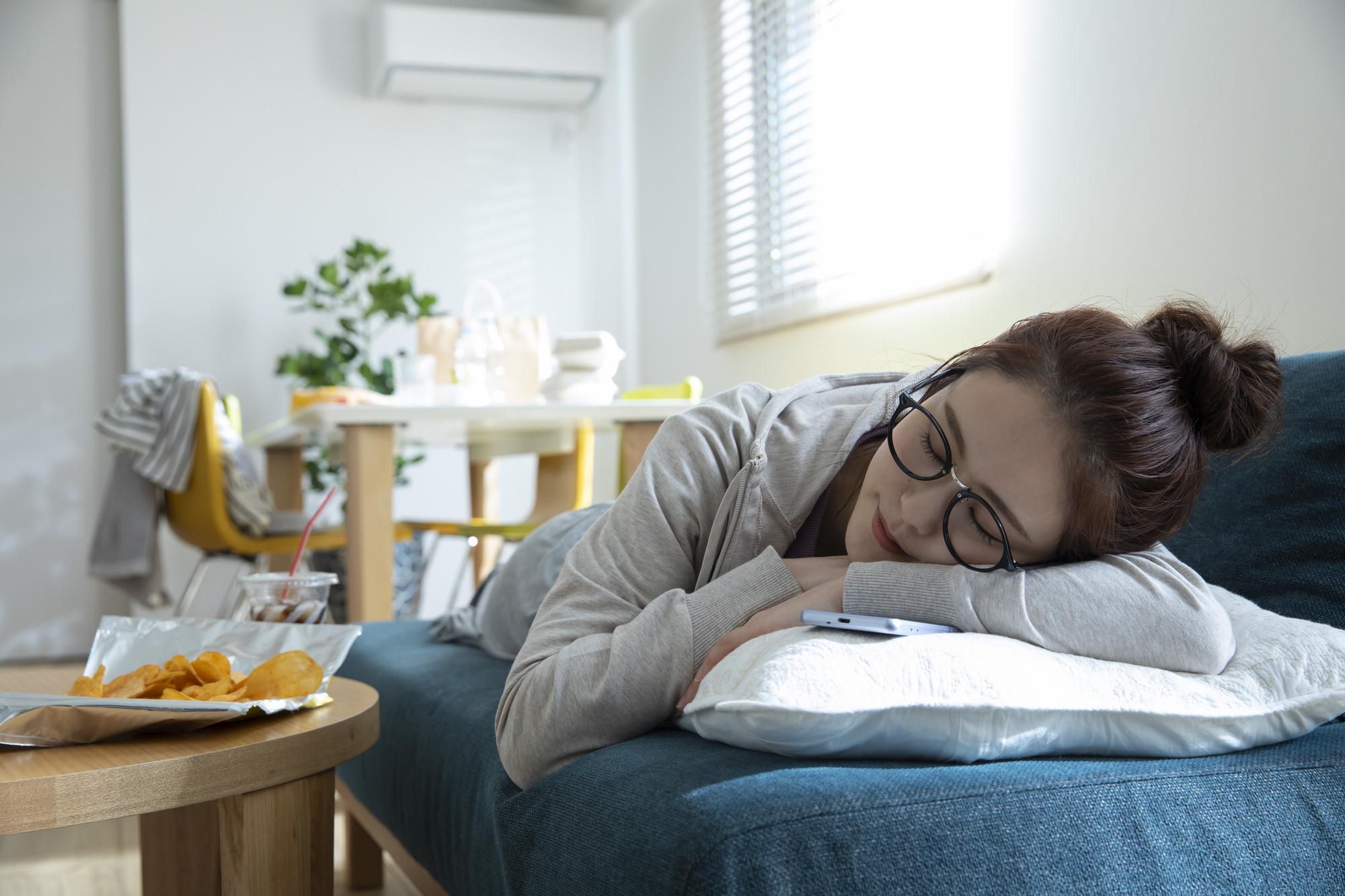 仮眠する女性