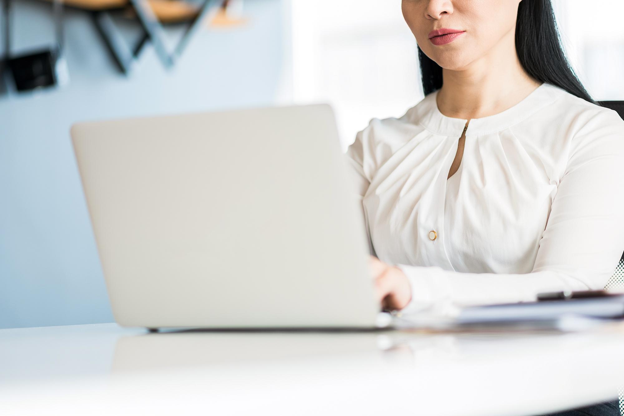 集中して仕事をする女性