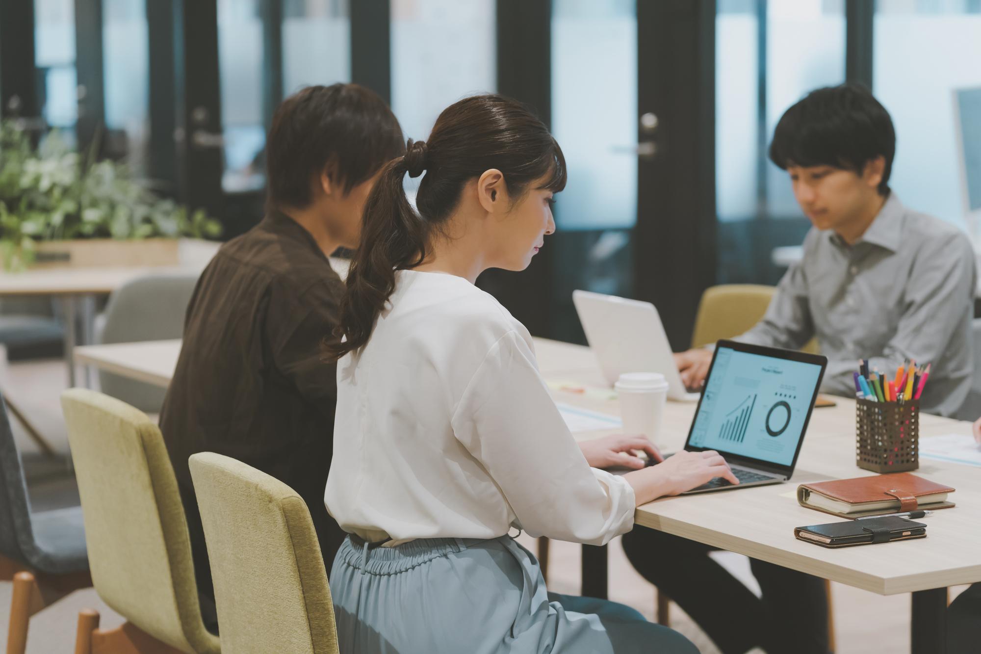 オフィスでパソコンを見ている女性